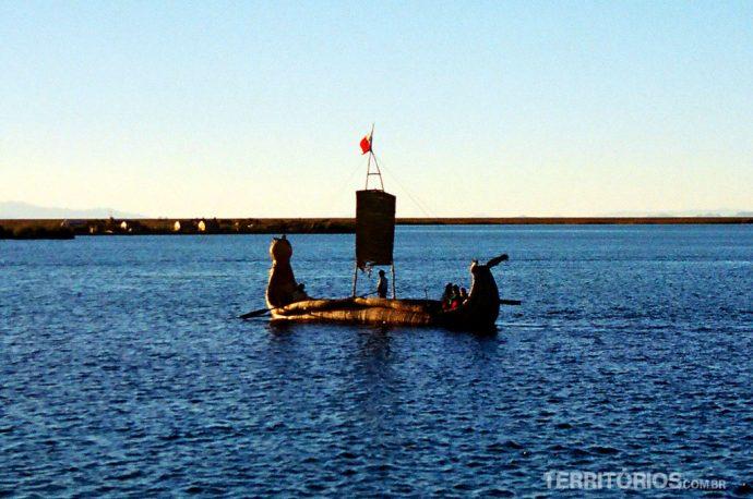 Canoa feita de totora