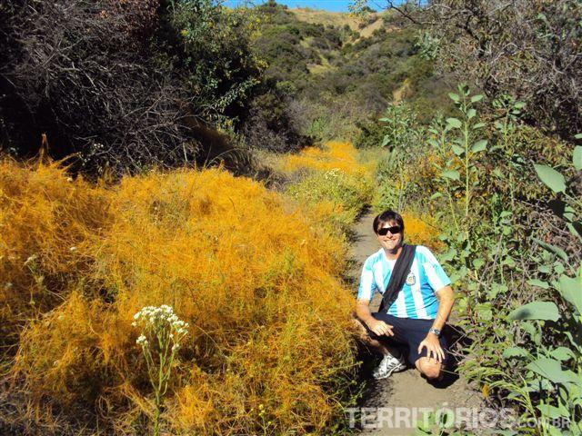 Agustin faz trilha pelos cânions nos arredores de Los Angeles