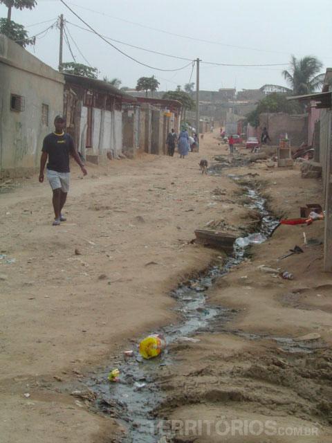 Esgoto a céu aberto em Luanda