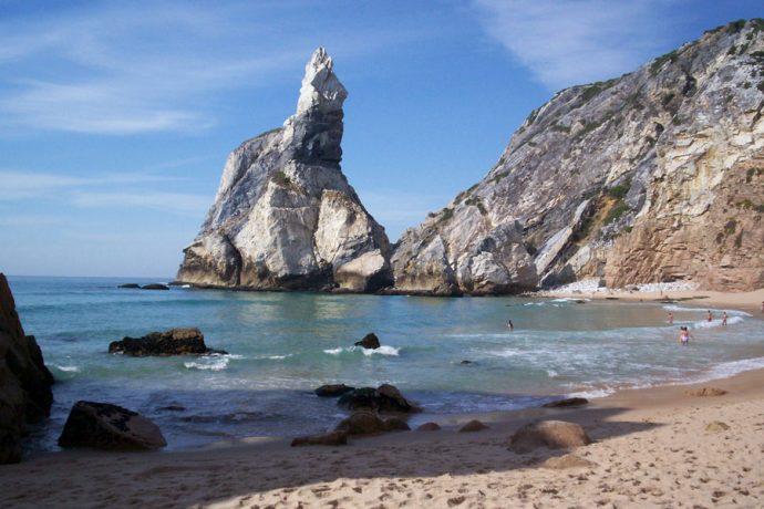 Praia da Ursa é pouco frequentada pelo difícil acesso