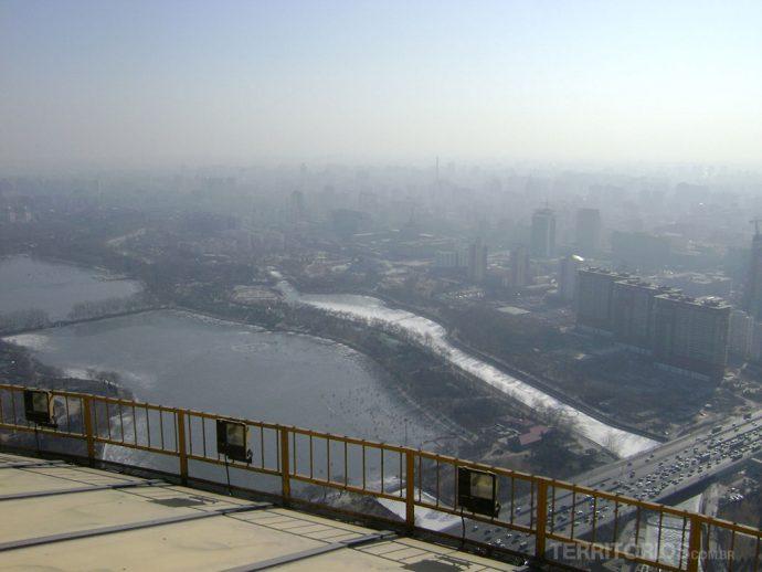 Vista da CCTV: a cidade sufocada pela poluição, trânsito e os rios congelados