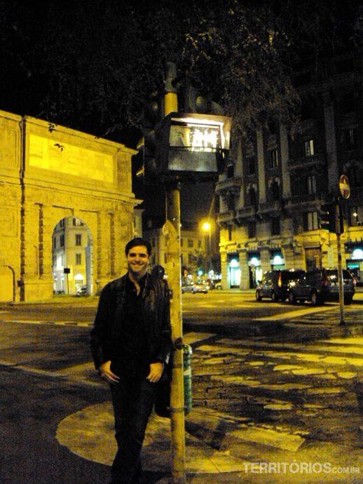 Em frente a Porta Romana