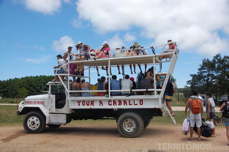 Turistas levam bagagem no transporte