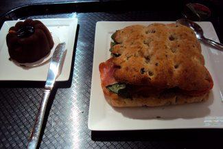 Delicioso sanduíche de presunto cru