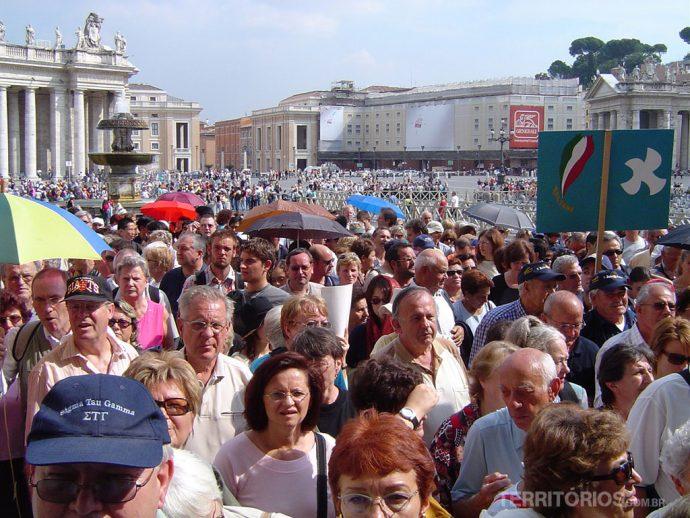 Peregrinos entrando na Basílica de São Pedro