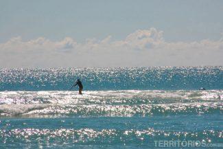 Com mar flat os surfistas praticam SUP