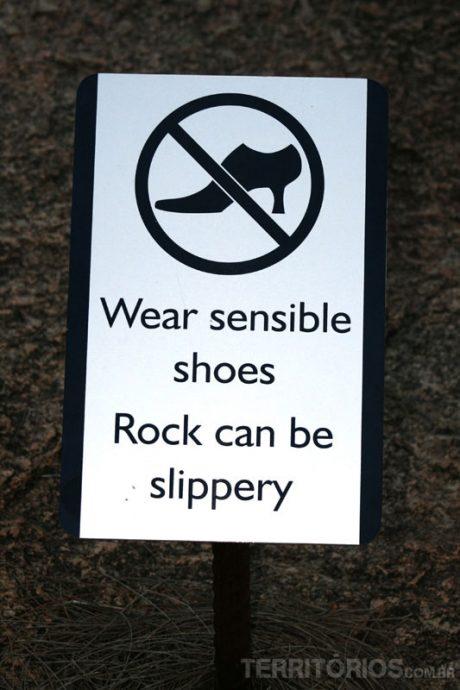 Placa numa trilhada Wave Rock