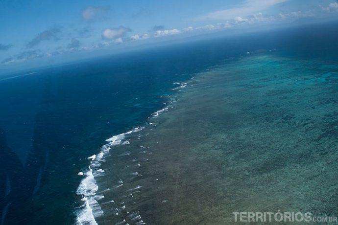 Sobrevoando coral a 90 km da costa