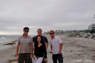 Agustin com colegas na praia