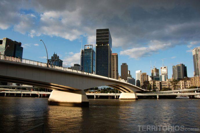 Viadutos nas margens do rio não deixam a cidade feia e melhoram o trânsito