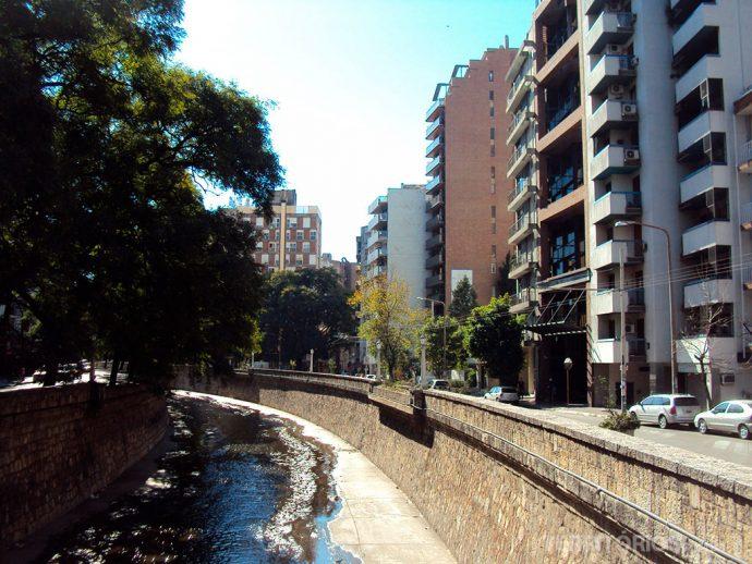 Rio La Cañada corta a segunda capital argentina