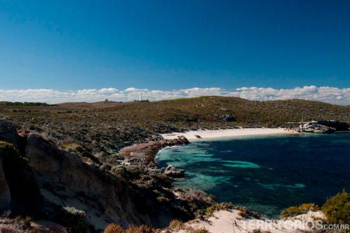 O farol e uma praia de surfista