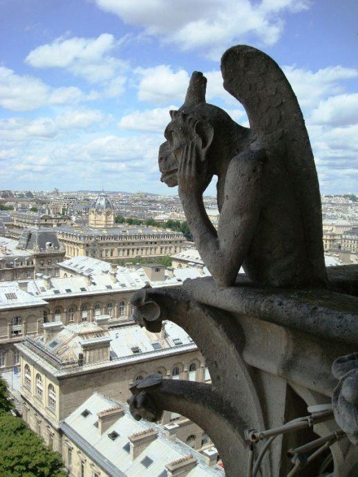 Pertinho das gárgulas no alto da Catedral de Notre-Dame