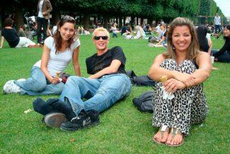 Piquenique no jardim com os amigos feitos no hostel
