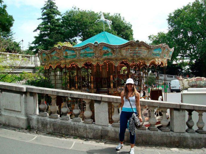 Em frente ao Carrossel em Montmartre sozinha em Paris