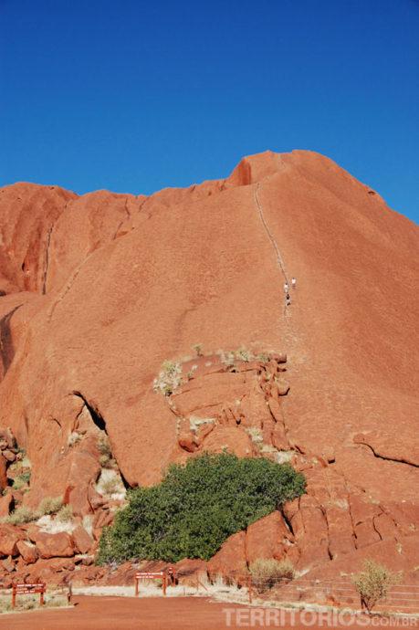 Pessoas escalando