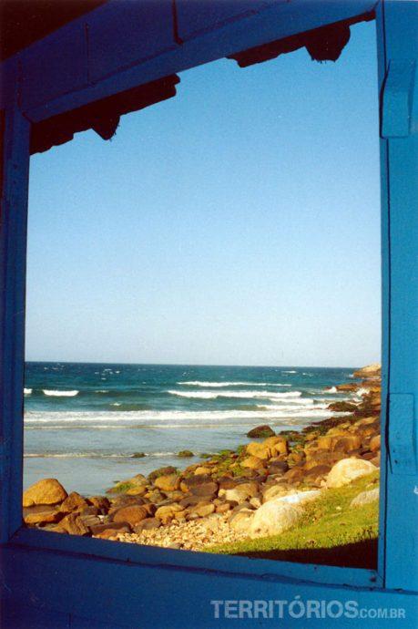 Vista da janela de uma casa na Praia do Rosa (SC)
