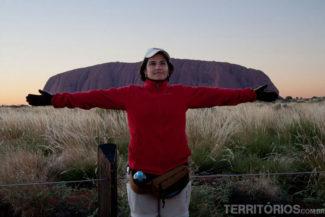 Em frente ao monolítico Uluru brincando com a perspectiva