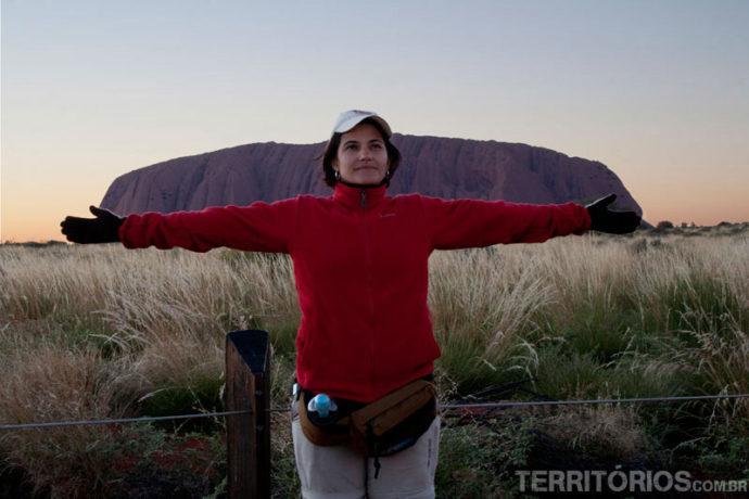 Em frente ao Uluru brincando com a perspectiva