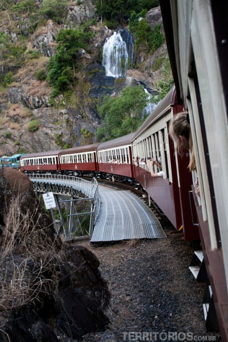 Trem passando na cachoeira