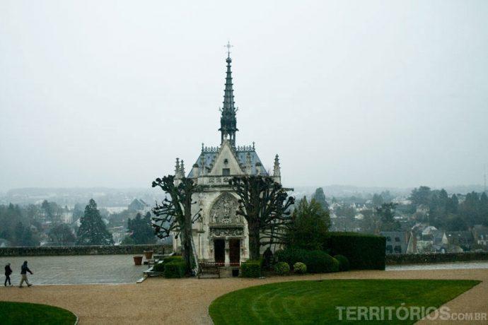 Capela Saint-Hupert e vista para a cidade de Amboise em um dia nublado