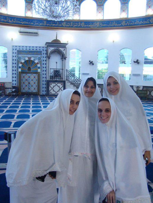 Vestidas para entrar na Mesquita