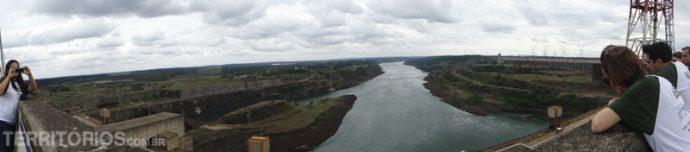 Vista no topo da barragem para o rio Paraná