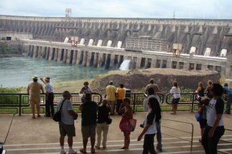 Vista para a barragem onde a Iluminação é visualizada