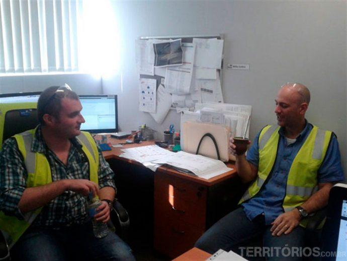 Willie e Tony no trabalho, irlandês e canadense curtiram...
