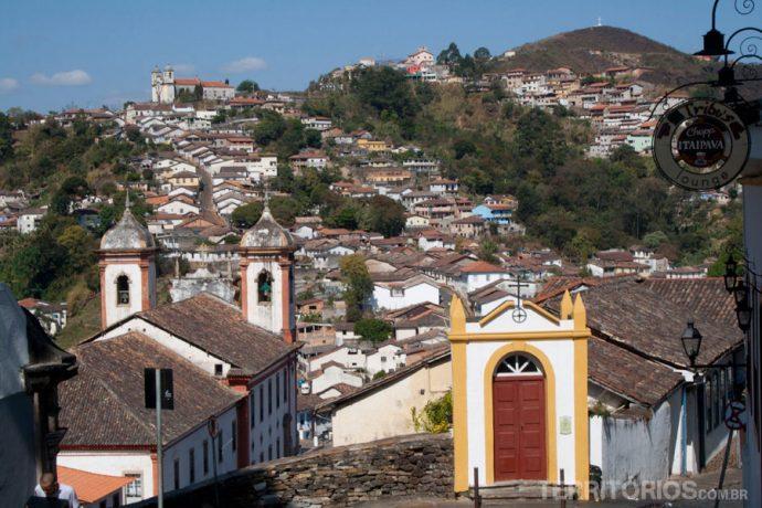 Muitas igrejas em meio ao verde das montanhas
