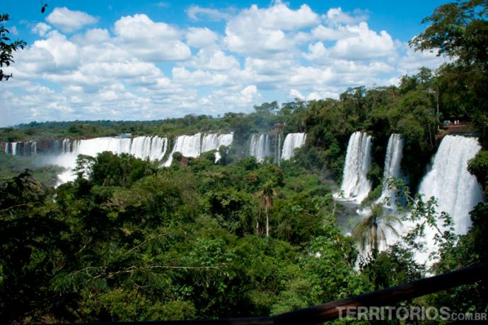 O lado argentino das cataratas fica em Puerto Iguazú