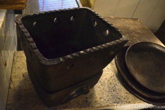 Uma churrasqueira de barro