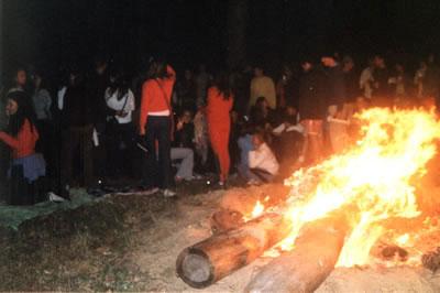Festa ao redor da fogueira