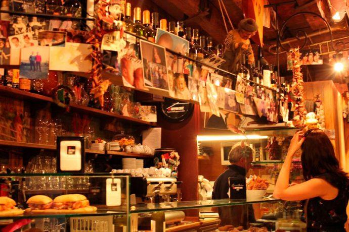 A vida dos venezianos transcorre sem pressa em uma das muitas cafeterias da Serenissima