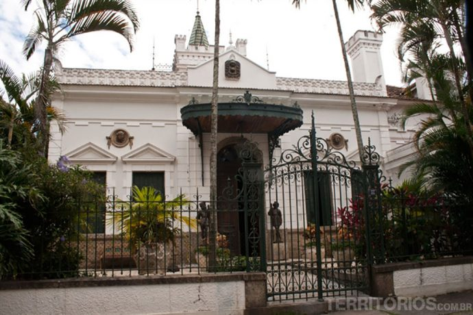 Casas luxuosas pelas ruas do bairro