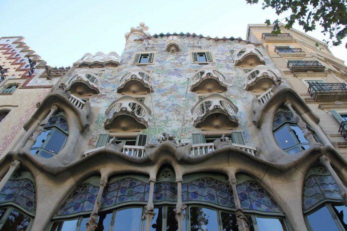 Sua inusitada fachada se apresenta como uma obra original, fantástica e cheia de criatividade