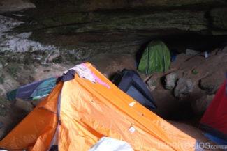 Barracas empilhadas até na caverna