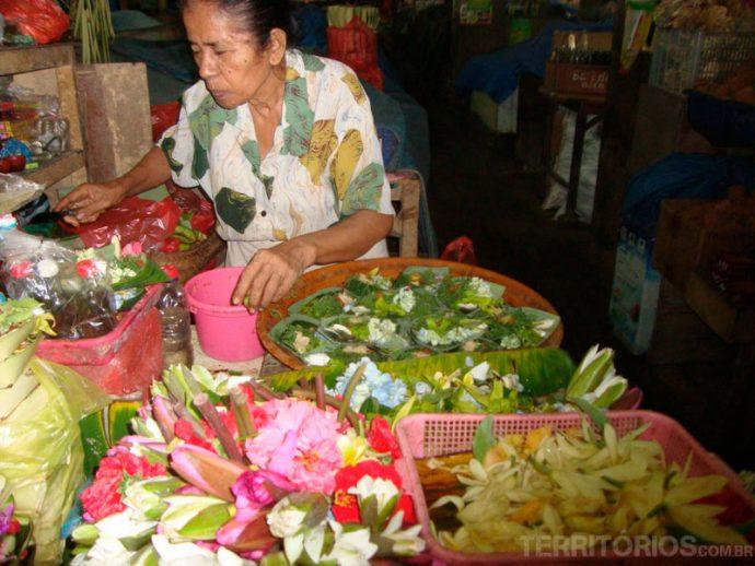 Preparando oferendas no mercado publico de Denpasar