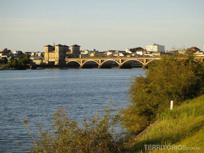 Pôr-do-sol na ponte que divide os dois países