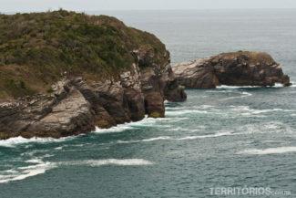 O nome da Praia da Tartaruga vem dessa montanha