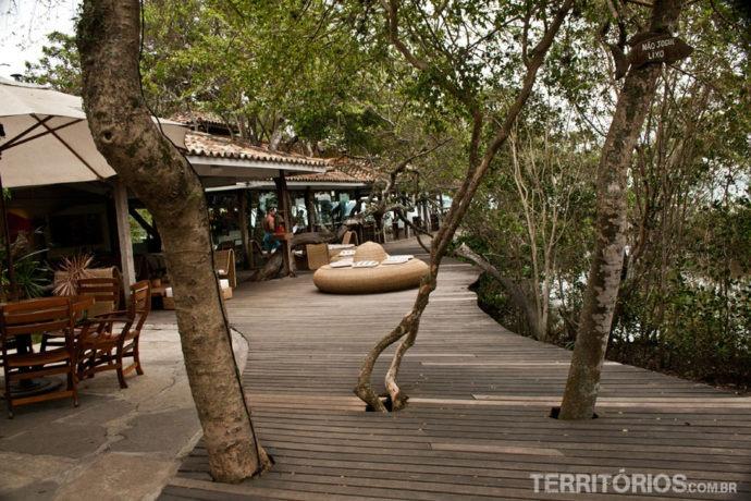 Passarela entre os restaurantes levam para a beira da Praia de Manguinhos