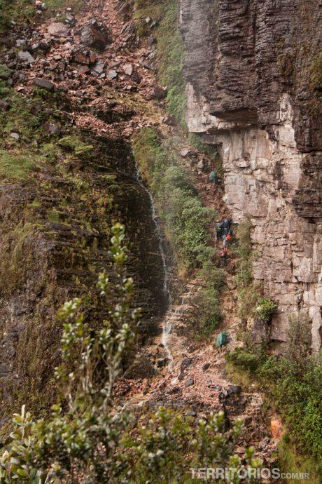 Passamos por baixa da cachoeira Passo das Lágrimas. O pontinho laranja no meio da foto é uma pessoa