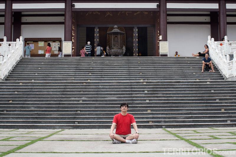 Meditando em frente ao templo