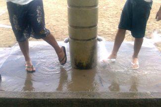 Chuveiro para tirar a areia dos pés
