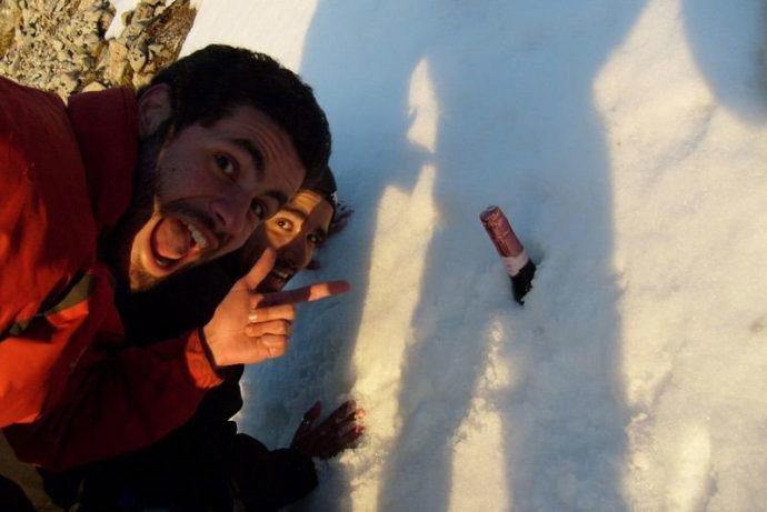 Celebrando a chegada no pequeno volume de neve