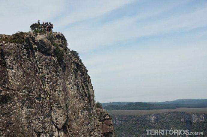 Blogueiros na ponta da pedra que adentra o canyon
