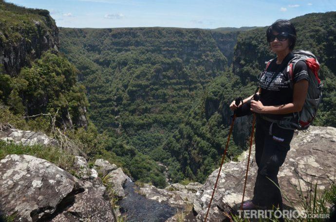 Dá um frio na barriga chegar perto do penhasco e visualizar a cachoeira do Tigre Preto