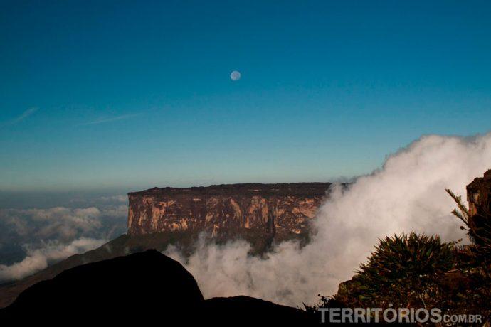 Vista para o Kukenán ainda com lua cheia