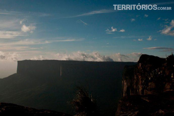 Risco branco é a cachoeira caindo do topo do Kukenán