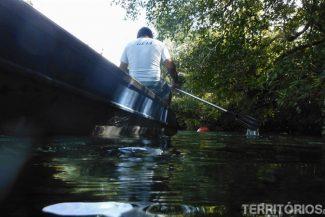 Instrutor acompanha no barco na Barra do Rio Sucuri